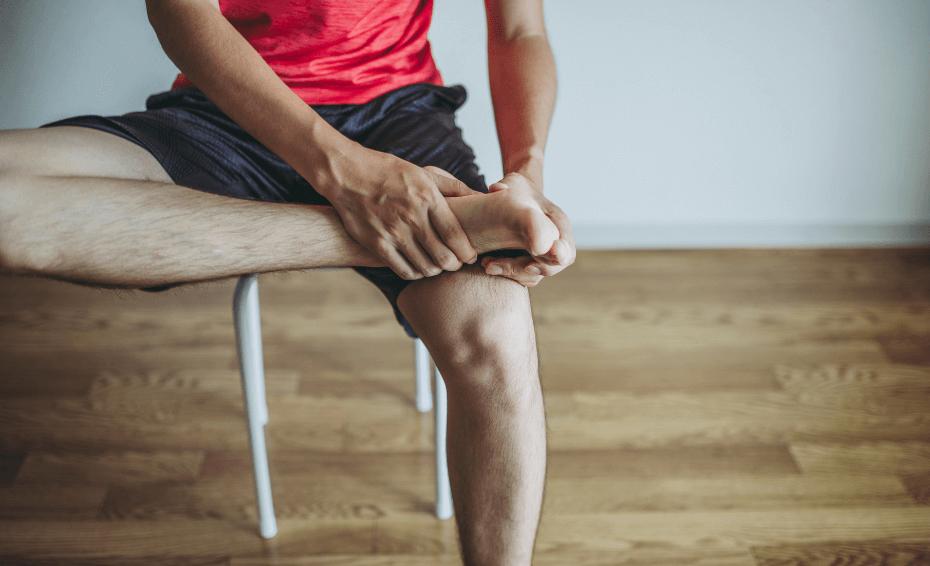 Deportista con dolor fascitis plantar en la planta del pie y talon